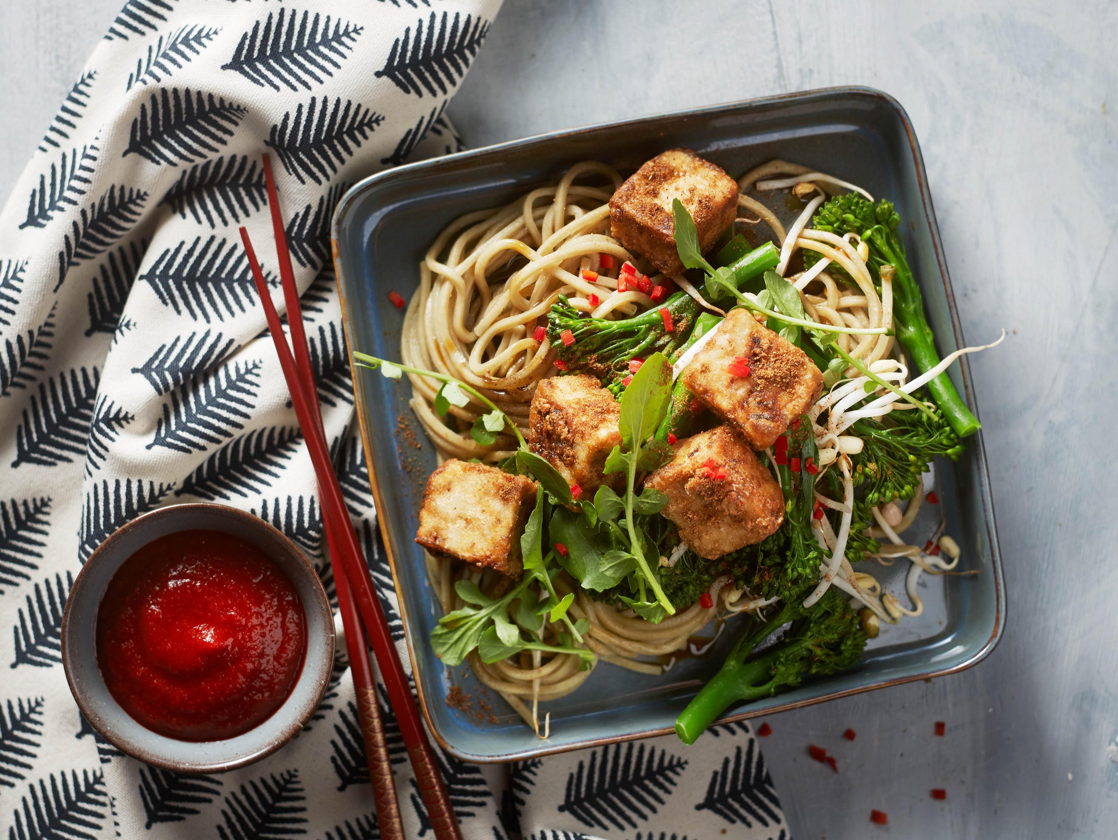 Citroengras noedels met krokante tofu en bimi